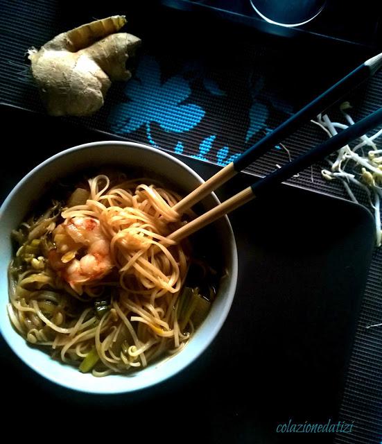 zuppa di noodles con daikon e gamberi