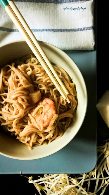 zuppa di noodles daikon e gamberi
