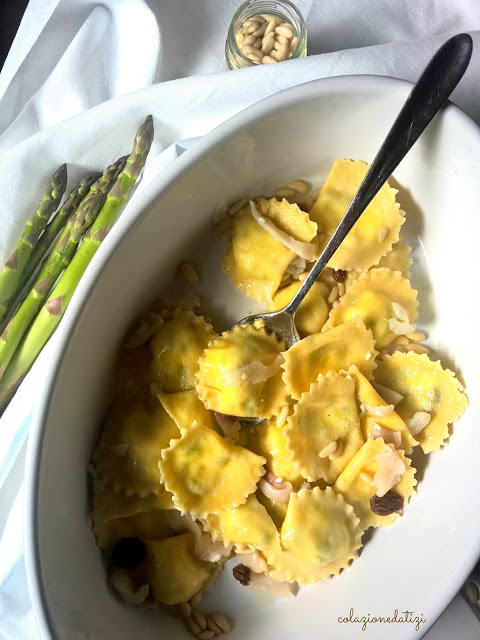 Ravioli agli asparagi con pesce spada pinoli e uvetta