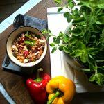 Insalata di farro con peperoni arrosto, primo sale e origano fresco