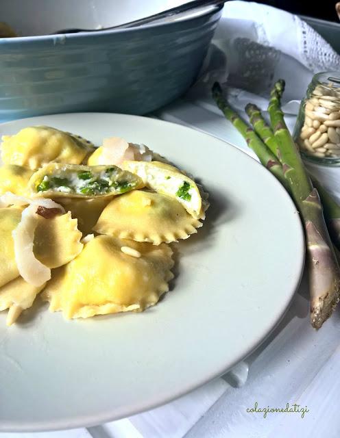 ravioli di ricotta e asparagi con pesce spada, pinoli e uvetta